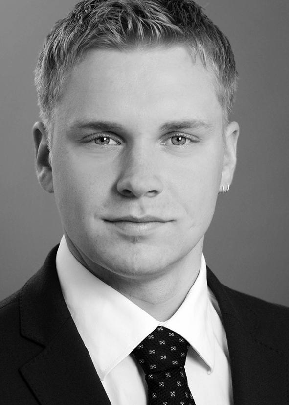 bewerbungsfoto-hochformat-anschnitt-mann-schwarz-weiss